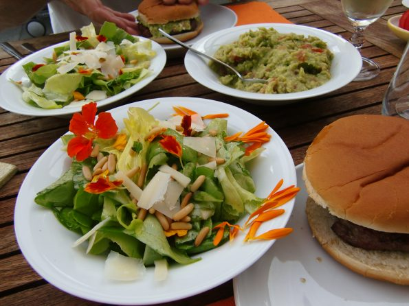 Feinschmeckersalat mit lecker Burger vom Grill mmmmh