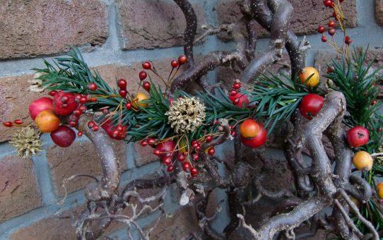 Weihnachtsgirlande mit Zieräpfeln