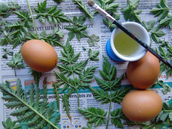 Ostereier mit Wildkräutern, Eier mit Blättern verzieren