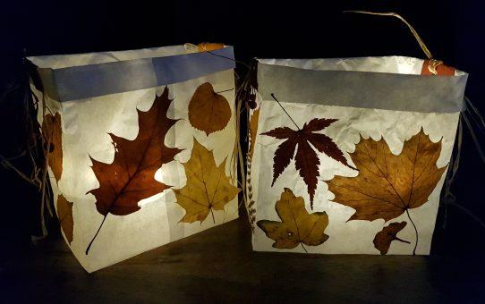 Laterne mit Herbstblättern